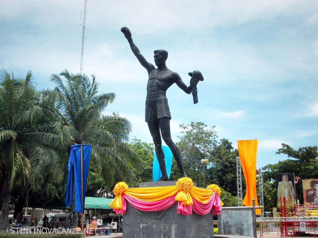 โผน กิ่งเพชร (12 กุมภาพันธ์ พ.ศ. 2478 — 31 พฤษภาคม พ.ศ. 2525) แชมป์โลกชาวไทยคนแรกในประวัติศาสตร์ โผนเป็นนักมวยรูปร่างผอมบาง มีช่วงขาที่ยาว ถนัดขวา